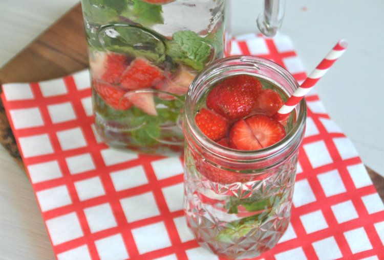 aardbei en munt smaakjes water infused