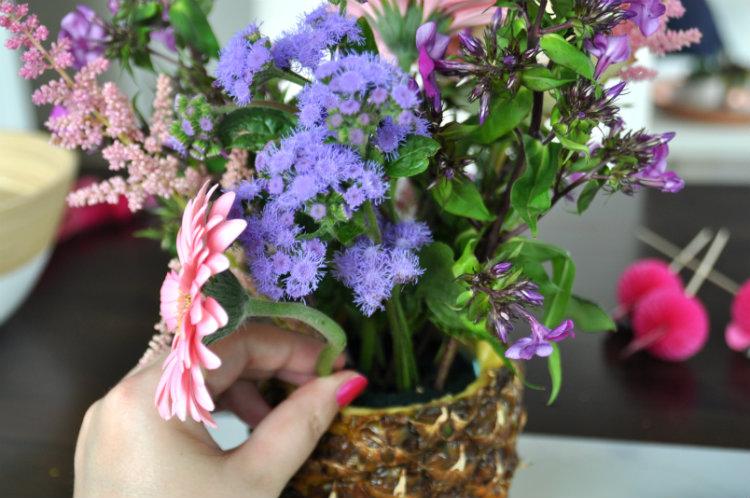 bloemen in de oase steken