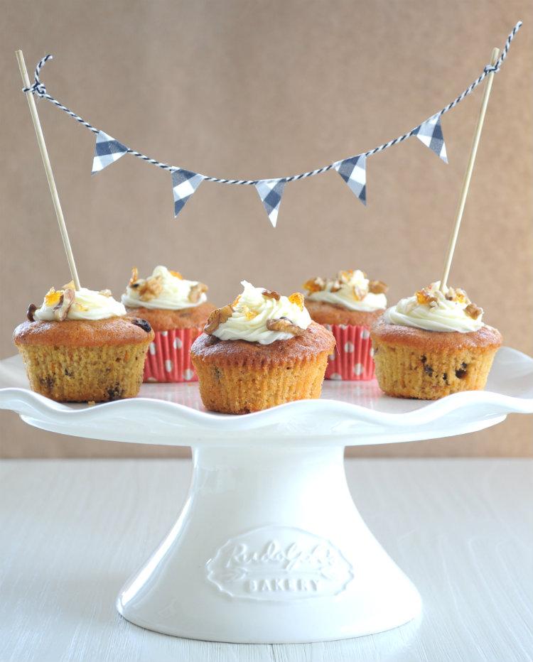 cupcakes decoreren satéprikkers vlaggetjes slinger