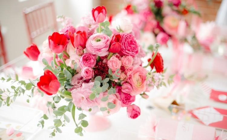 valentijn bloemen boeket op tafel