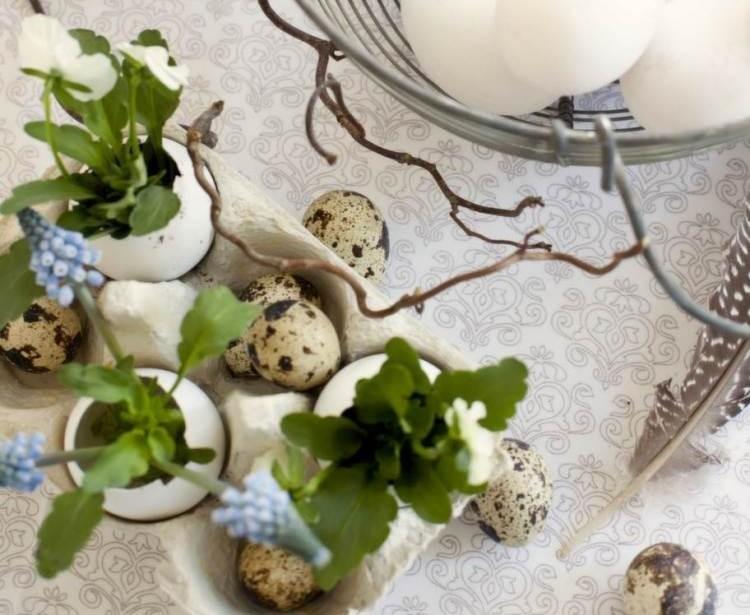 décoration-de-Pâques-oeufs-table-plantes