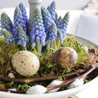 Etagère met blauwe druifjes voor Pasen