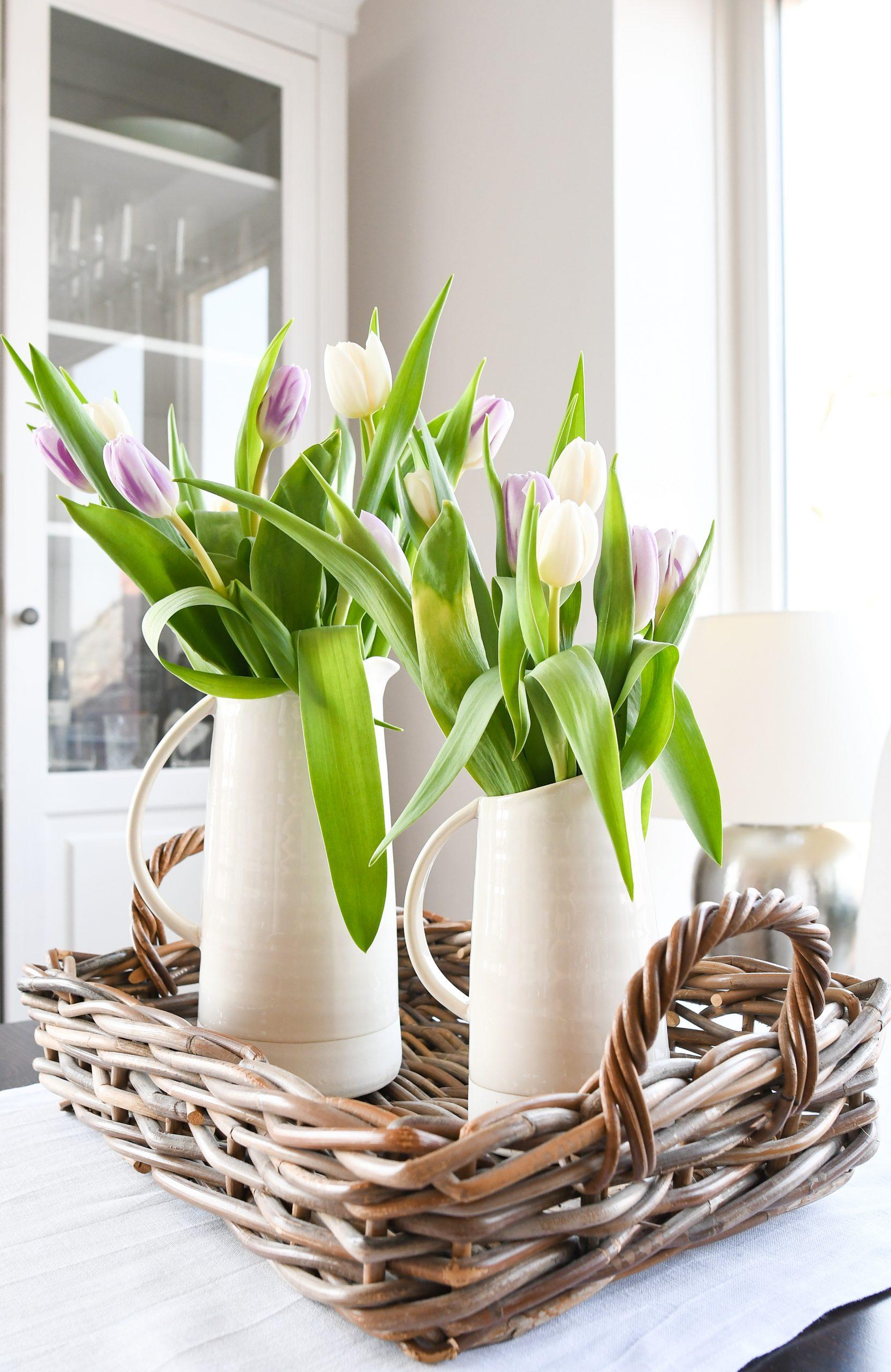 paastafel versieren ideetjes tulpen in kannen