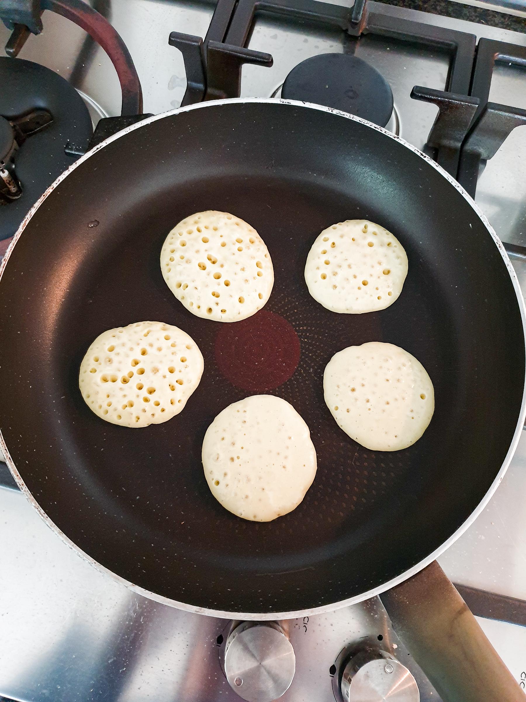 blini's omdraaien in de pan