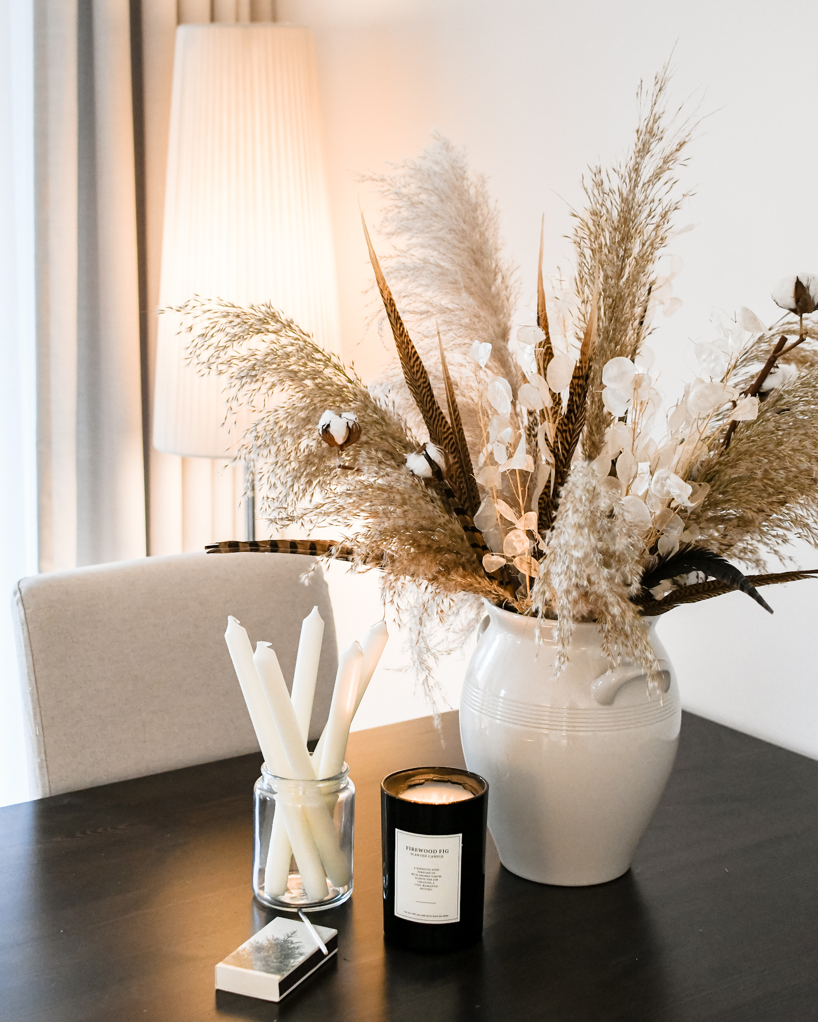 Winterse versiering en decoratie in huis na Kerst droogbloemen