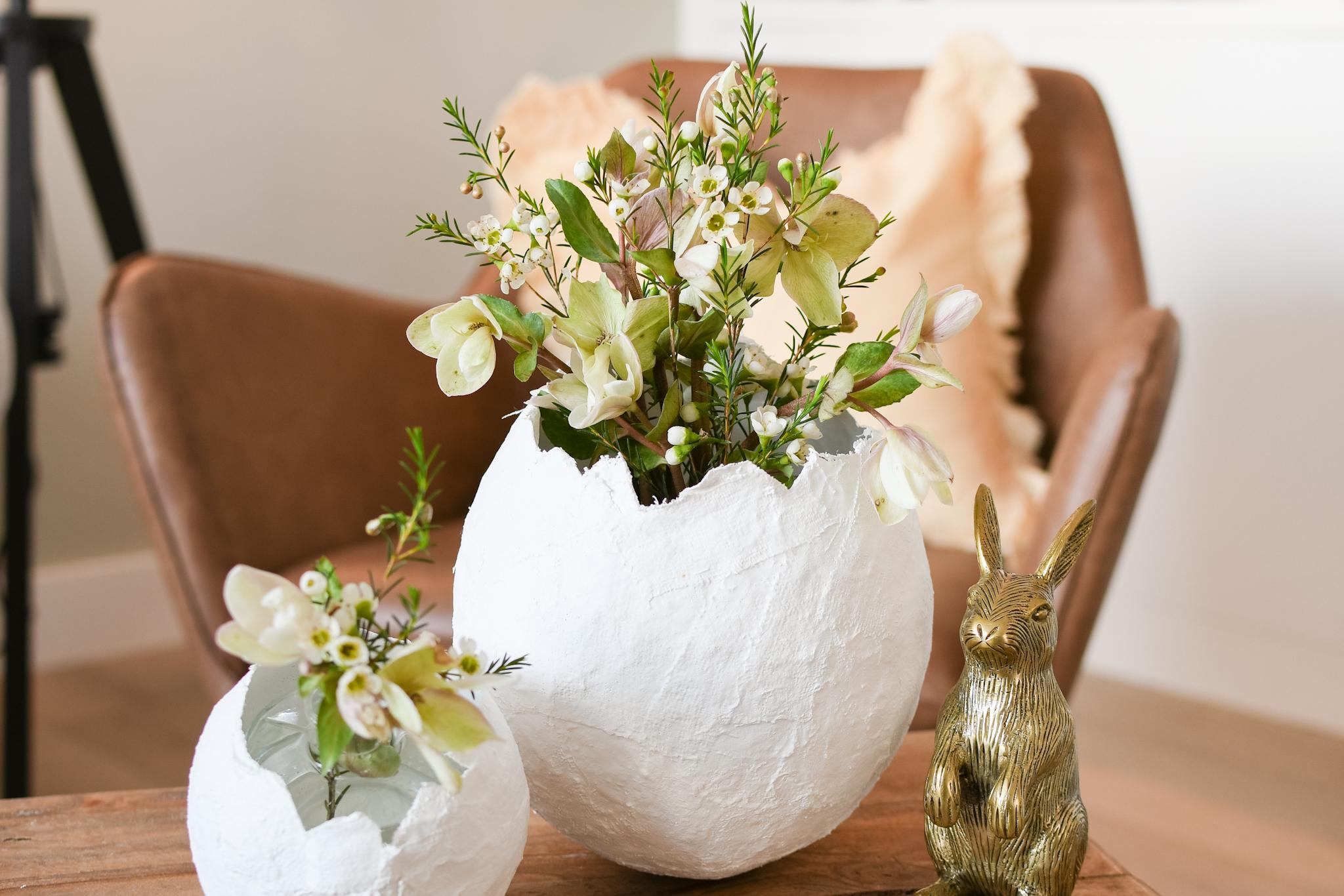 ei van gips voor pasen maken - bloemenvaasje