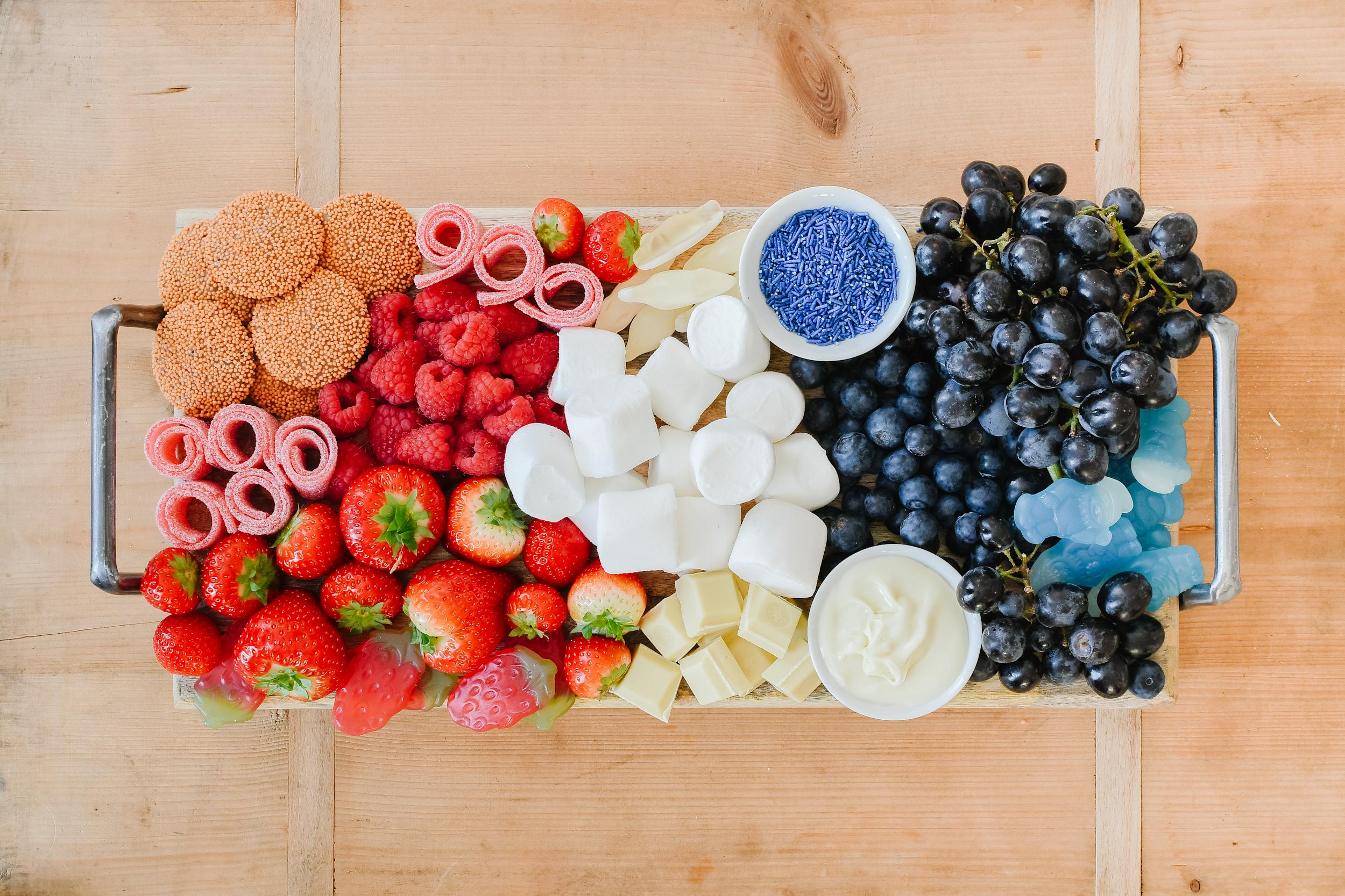 rood wit blauwe borrelplank voor koningsdag met snoep en fruit